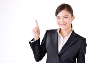 指をさす女性の写真